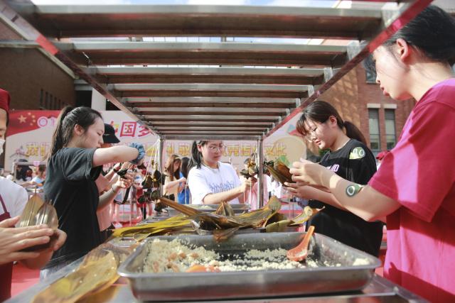 集美大学举行包粽子比赛